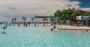 Tropische Schwimmenlagune auf der Esplanade in den Steinhaufen stock video footage