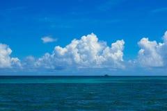 Tropische Seeansicht lizenzfreie stockfotografie