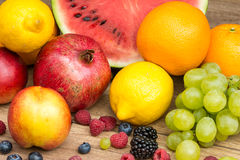 Tropische Sommer-Früchte auf Holztisch Lizenzfreie Stockbilder
