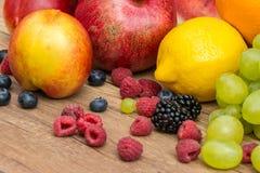 Tropische Sommer-Früchte auf Holztisch Stockbild