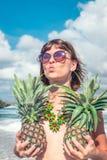 Tropische Sommerfrau mit Ananas Draußen Ozean, Natur Bali-Inselparadies stockbilder