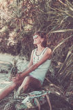 Tropische Sommerfrau mit Ananas Draußen Ozean, Natur Bali-Inselparadies indonesien lizenzfreies stockfoto