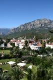 Tropische Stadt und Berge Lizenzfreies Stockfoto