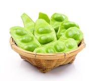 Tropische stinkende eetbare bonen in mand Stock Afbeeldingen