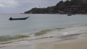 Tropische strand en boot in regenachtig bewolkt weer stock video