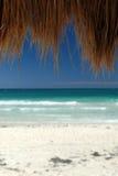 Tropische strand en cabana hut Royalty-vrije Stock Foto's