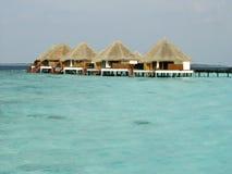 Tropische strand en Cabanas op het Eiland van de Maldiven Royalty-vrije Stock Afbeelding