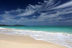 Tropische Strand turkooise oceaan blauwe hemel Hawaï Stock Afbeeldingen