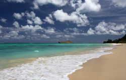 Tropische strand turkooise oceaan gezwollen wolken Hawaï Stock Foto