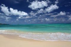 Tropische strand turkooise oceaan gezwollen wolken Hawaï Stock Fotografie