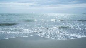 Tropische strandgolven met een bewolkte hemel stock video