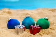 Tropische strandkerstmis en Nieuwjaarachtergrond Stock Afbeeldingen