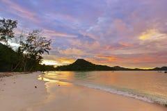 Tropische strandkooi d'Or bij zonsondergang - Seychellen Royalty-vrije Stock Afbeelding