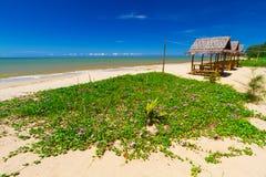 Tropische Strandlandschaft mit kleinen Hütten Lizenzfreies Stockfoto