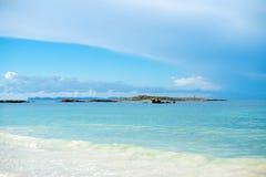 Tropische strandmening stock afbeeldingen