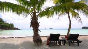 Tropische strandmening met deckchairs, Seychellen stock footage