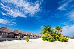 Tropische strocabines op het tropische strand stock afbeeldingen