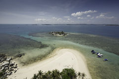 Tropische Szene, sandiger Strand von der Vogelaugenansicht Lizenzfreie Stockfotografie