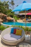 Tropische toevlucht met een zwembad en koffiebar stock afbeeldingen