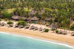 Tropische toevlucht op Kuta-zandstrand royalty-vrije stock afbeelding