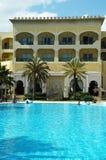 Tropische toevlucht - zwembad en hotel Royalty-vrije Stock Afbeeldingen
