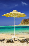 Tropische vakantie - bedden en paraplu op een strand Stock Afbeeldingen
