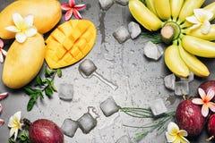 Tropische verse vruchten op steenlijst Royalty-vrije Stock Afbeeldingen
