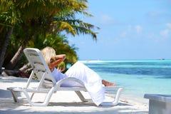 Tropische vrouw op zitkamer stock foto's