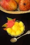Tropische vruchten en mand van mango's stock afbeeldingen
