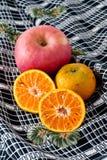 Tropische vruchten op aardige stoffenachtergrond Royalty-vrije Stock Fotografie