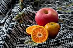 Tropische vruchten op aardige stoffenachtergrond Stock Foto