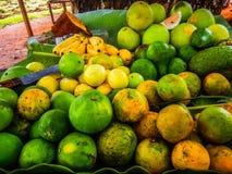 Tropische vruchten op een lijst in Zanzibar Afrika royalty-vrije stock fotografie