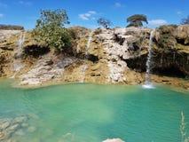 Tropische Wasserfälle mit blauem Wasser lizenzfreie stockfotos
