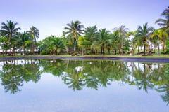 Tropische wildernis van Koh Kho Khao dat in de vijver wordt weerspiegeld Stock Foto's