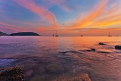 Tropische zonsondergang bij strand Stock Fotografie