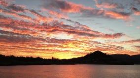 Tropische zonsondergang in de Pinksterennen stock footage