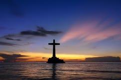 Tropische zonsondergang met dwarssilhouet. Royalty-vrije Stock Foto's
