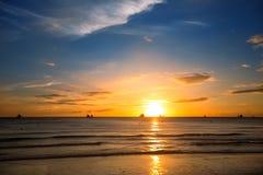 Tropische zonsondergang op het strand Stock Afbeeldingen