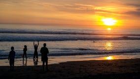 Tropische zonsondergang over oceaan Royalty-vrije Stock Foto's