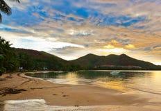 Tropische zonsondergang in Seychellen Royalty-vrije Stock Afbeeldingen