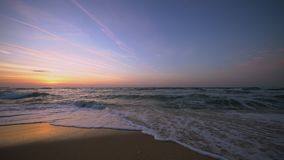 Tropische zonsopgang over het strand Overzeese golven die het zand wassen stock footage