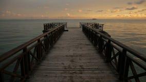 Tropische zonsopgang over houten pierpijler op Caraïbische overzees stock footage