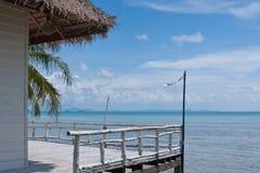 Tropischer Balkon mit Seeansicht lizenzfreie stockfotografie