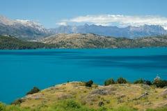 Tropischer blauer See General Carrera, Chile mit Landschaftsbergen 2 lizenzfreie stockfotografie