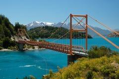 Tropischer blauer See General Carrera, Chile mit orange Brücke lizenzfreie stockfotografie