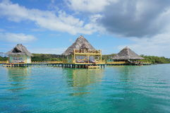 Tropischer Erholungsort über Wasser Stockfotografie