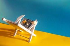 Tropischer Ferienhintergrund Sun-Ruhesessel auf der sandigen Insel, Kopienraum lizenzfreie stockfotografie