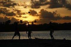 Tropischer Fußball- und Sonnenuntergangmoment lizenzfreie stockfotos