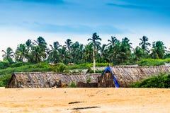 Tropischer Himmel mit Goa-Hütten lizenzfreie stockfotos