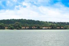 Tropischer Himmel mit Goa-Hütten lizenzfreies stockbild